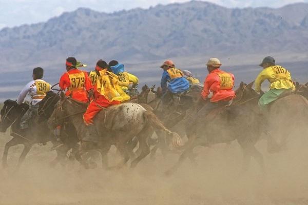Naadam Pferderennen in Das Naadam-Fest der Mongolen