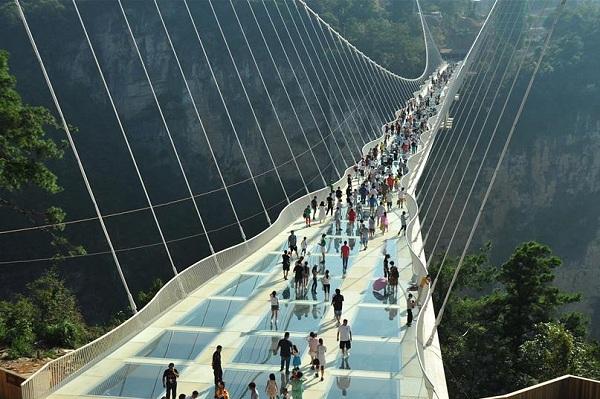 Zhangjiajie Glasbruecke Xinhua in Längste und höchste Glasbrücke in Zhangjiajie eröffnet